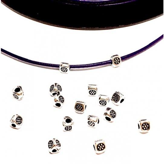Petite perle pyramidale avec 1.20mm de diamètre