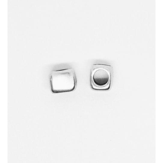 Intercalaire traversant lisse forme carrée légèrement arrondie sur les angles